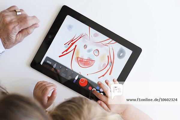 Enkeltochter Großmutter Zeichnung Tablet PC