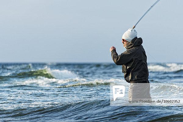 Mann Meer angeln Baltikum