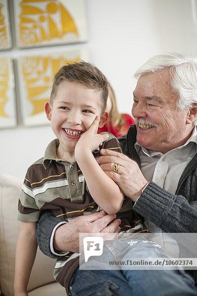 Senior Senioren Mann Enkelsohn spielen