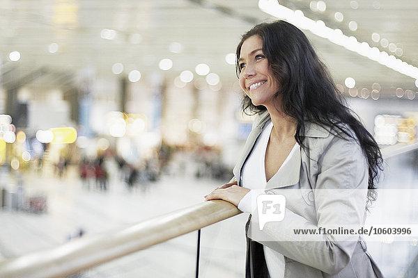 junge Frau junge Frauen Flughafen