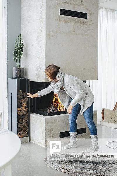 Feuerholz Frau Wohnkamin Wohnkamine Kamin