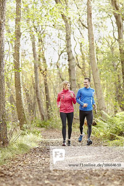 Wald joggen jung