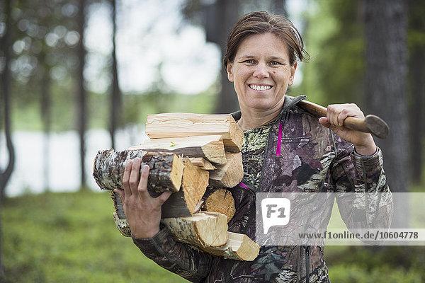 Feuerholz Frau tragen