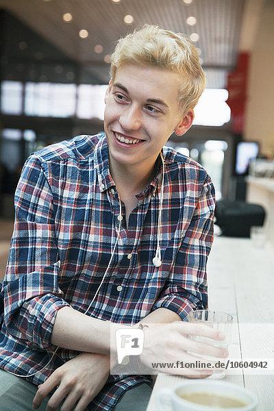 Mann lächeln Cafe jung