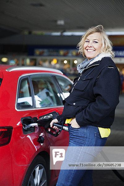 tanken Frau Auto