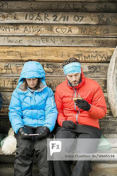 Handy benutzen jung