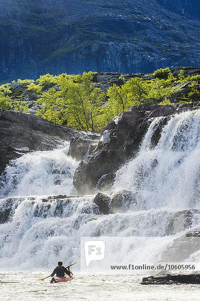 nahe Mann Kajak Wasserfall