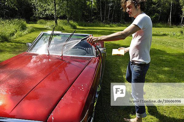 Mann Auto waschen