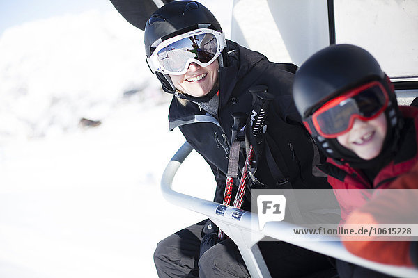 sitzend Sohn heben Ski Mutter - Mensch