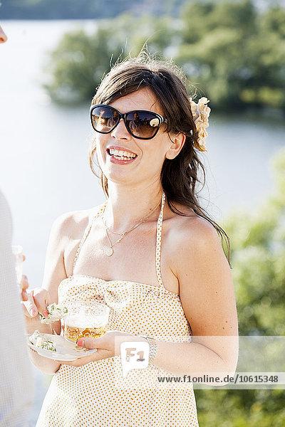 junge Frau junge Frauen Glas Lebensmittel lächeln Bier