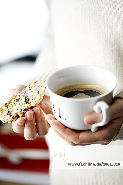 Frau Tasse halten Kuchen Kaffee