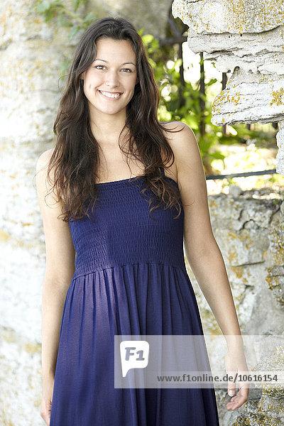 junge Frau junge Frauen sehen lächeln Blick in die Kamera