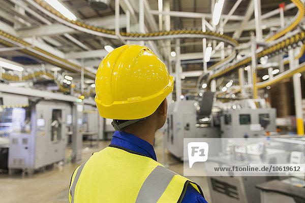 Mitarbeiter in der Druckmaschinen-Fördertechnik und Maschinen in der Druckerei