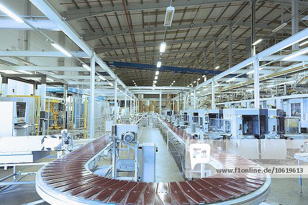 Förderband und Maschinen in der leeren Fabrik