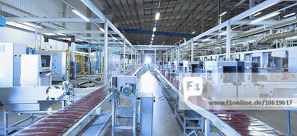 Förderbänder und Maschinen im Werk