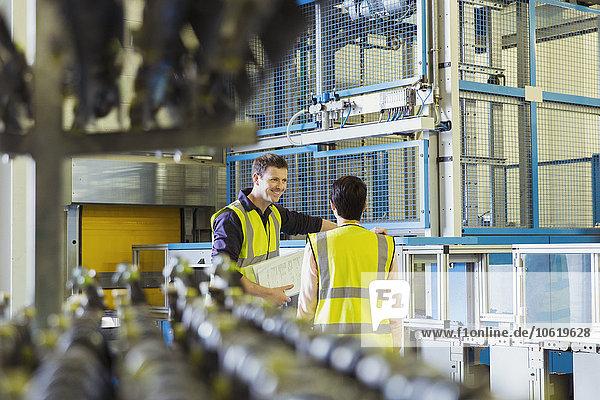 Arbeiter sprechen in der Fabrik