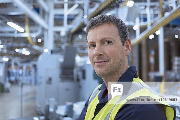 Nahaufnahme des Porträts eines selbstbewussten Arbeiters in der Fabrik