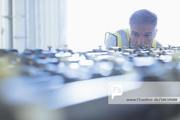 Ingenieur bei der Untersuchung von Druckmaschinen-Förderbändern