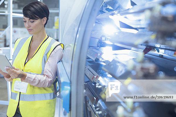 angelehnt,arbeiten,Maschine,Tablet PC,Fabrikgebäude