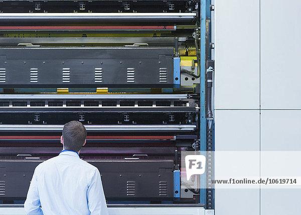 Ingenieur bei der Suche nach Druckmaschinen in der Druckerei