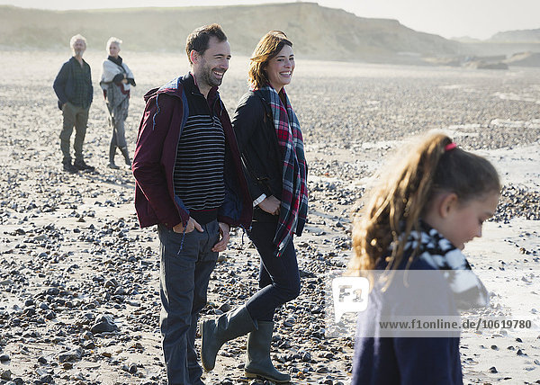 Mehrgenerationen-Familie am sonnigen Strand