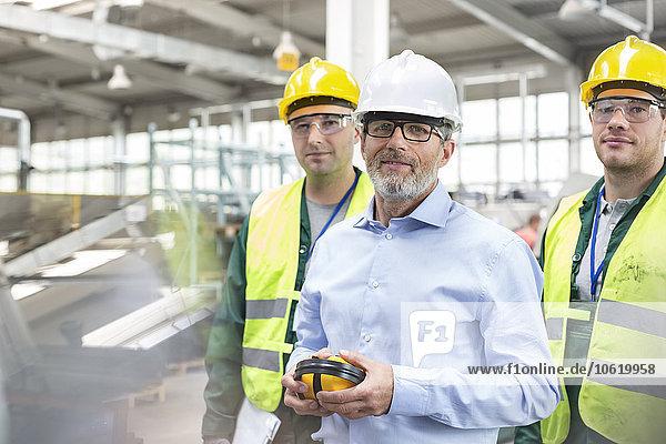 Porträt eines selbstbewussten Ingenieurs und Arbeiters in der Arbeitsschutzbekleidung