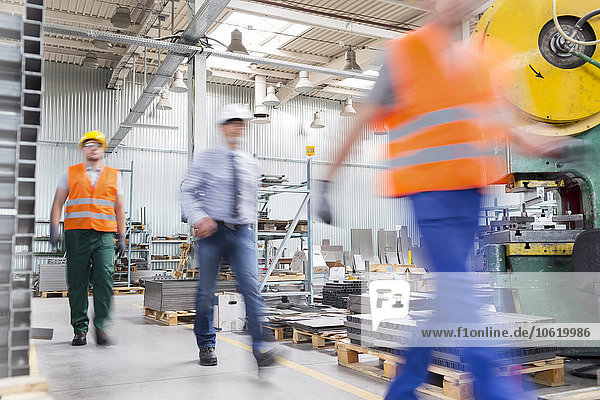 Ingenieur und Werkspaziergang in der Fabrik