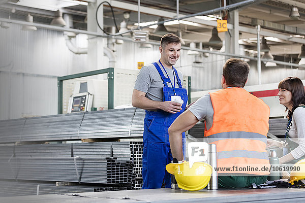 Arbeiter genießen Kaffeepause in der Stahlfabrik