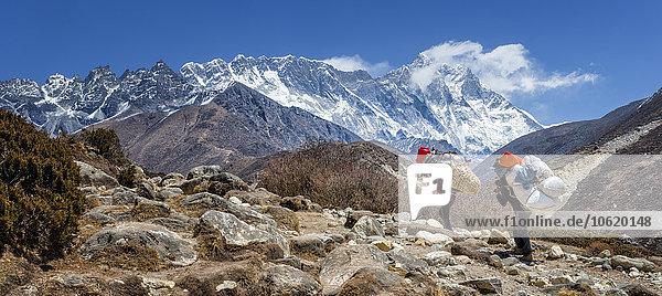 Nepal  Himalaja  Khumbu  Everest Region  Shepas Wandern in den Bergen