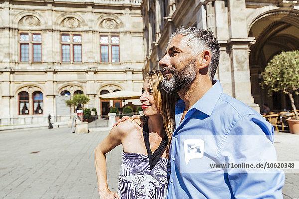 Österreich  Wien  lächelndes Paar vor der Staatsoper