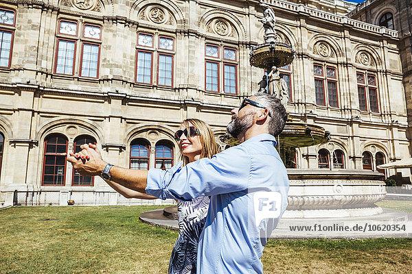 Österreich  Wien  lächelndes Paar tanzt Wiener Walzer vor der Staatsoper