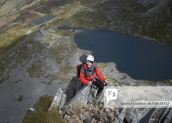 UK  Wales  Cadair Idris  Cyfrwy Arete  lächelnde Frau auf Felsspitze