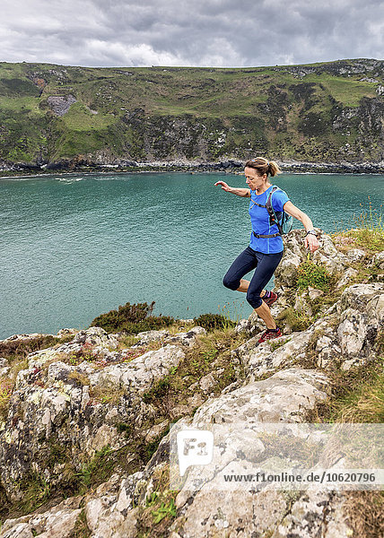 UK  Pembrokeshire  Strumble head  Reife Frau  die den Küstenpfad läuft