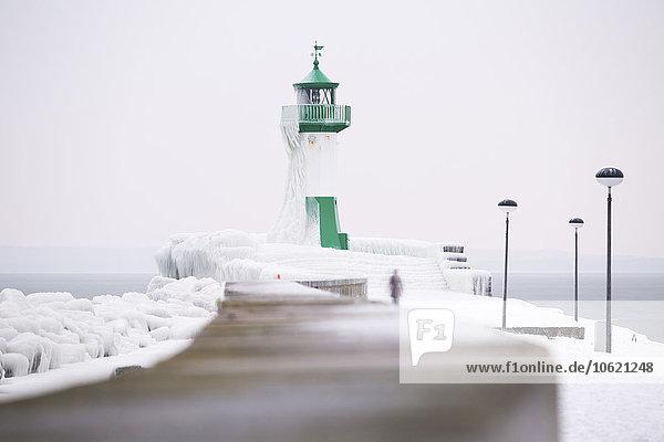 Deutschland  Mecklenburg-Vorpommern  Rügen  Sassnitz  Leuchtturm im Winter