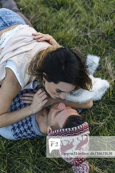 Verliebtes Paar auf einer Wiese liegend