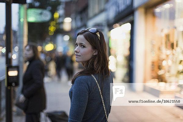 Frau schlendert durch die Stadt