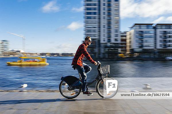 Irland  Dublin  junger Mann am City Dock mit dem City Bike