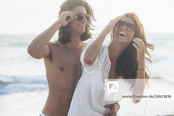 Schönes junges Paar am Strand in Strandkleidung
