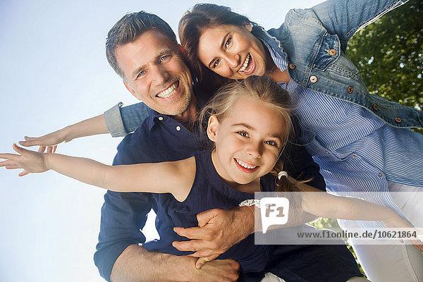 Eine glückliche Familie,  die Spaß hat und vorgibt zu fliegen.