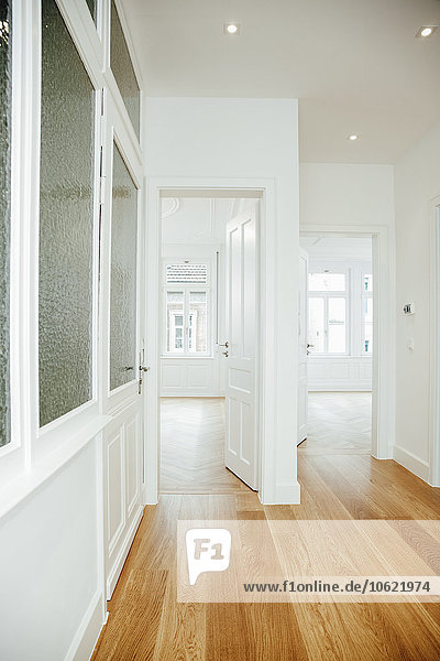 Haus mit leeren Räumen und offenen Türen