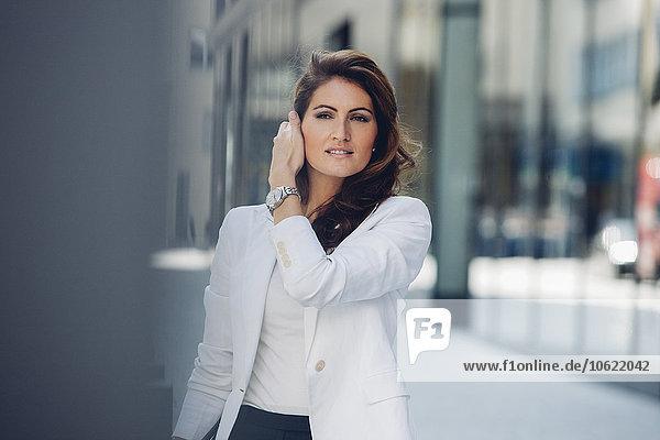 Porträt einer brünetten Geschäftsfrau im Freien