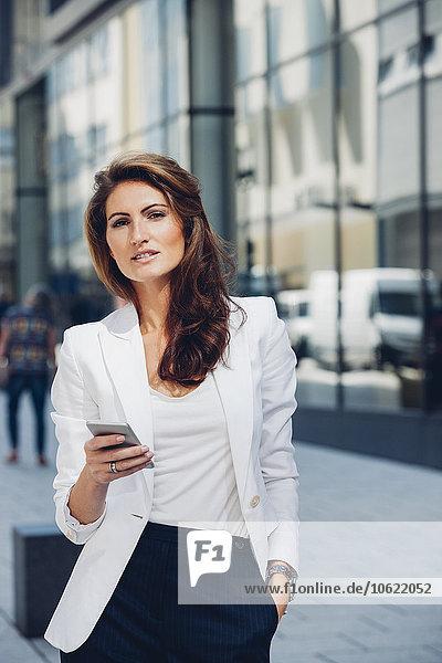 Geschäftsfrau im Freien mit Handy
