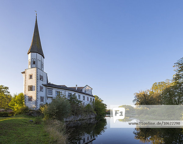 Deutschland  Oberbayern  Traunreut  Schloss Pernstein an der Traun