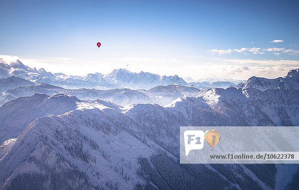 Österreich  Salzkammergut  Heißluftballons über den Alpen