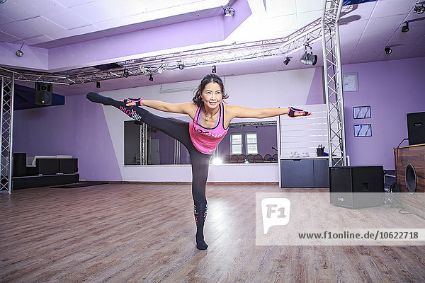 Asiatische Frau beim Pilocken