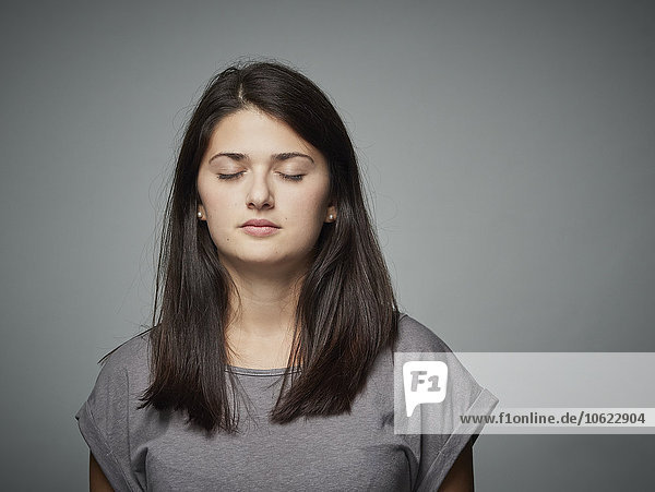 Brünette junge Frau mit geschlossenen Augen