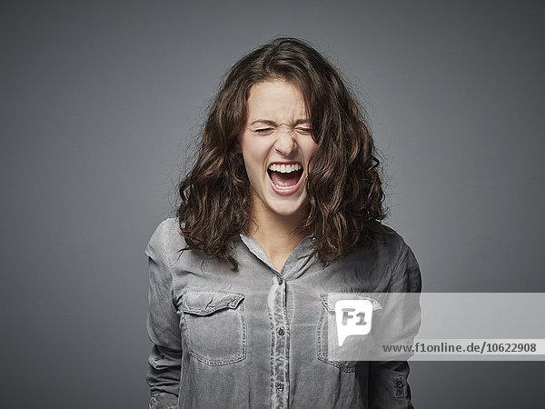 Porträt eines wütenden Teenagermädchens