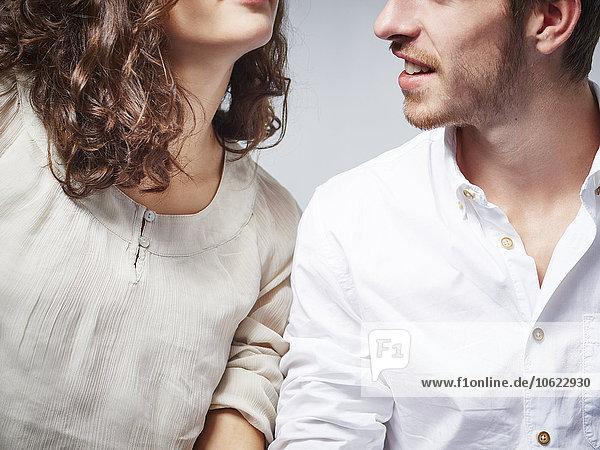Teilansicht des jungen Paares