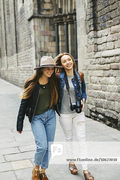 Spanien  Barcelona  zwei junge Frauen zu Fuß in der Stadt
