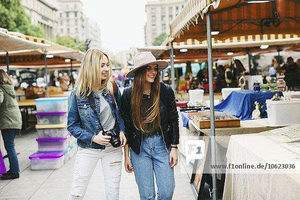 Spanien  Barcelona  zwei junge Frauen auf dem Flohmarkt Spanien, Barcelona, zwei junge Frauen auf dem Flohmarkt